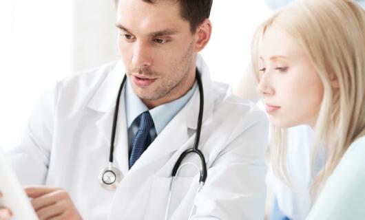 Доктор объясняет пациенту последствия лечения кисты почек